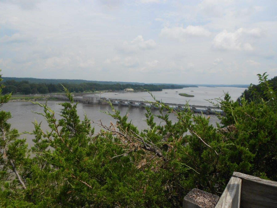 view of Illinois River from atop Starved Rock.