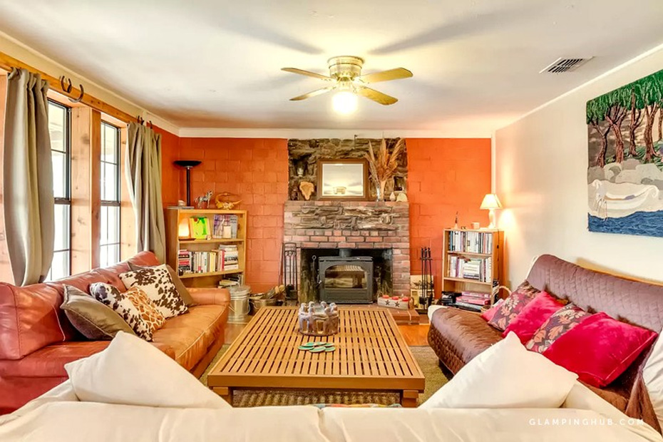 beautifully furnished family room wiht fireplace